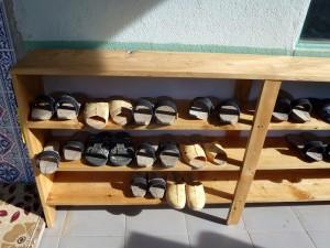Vor der Moschee Schuhe ausziehen