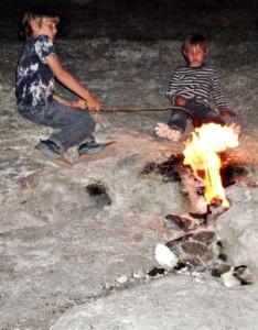 Grillen an den ewigen Flammen der Chimaira